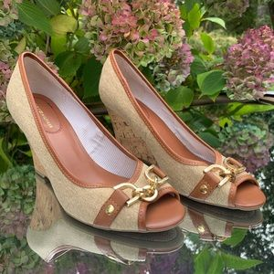 Pretty open toe shoes cork wedges gold detailing